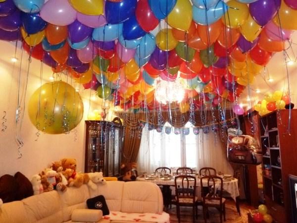 Как украсить комнату шарами под потолок
